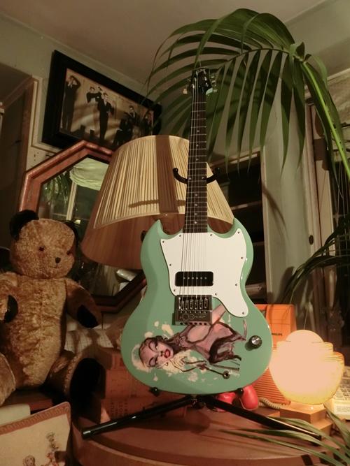 気分を出してモデルギター